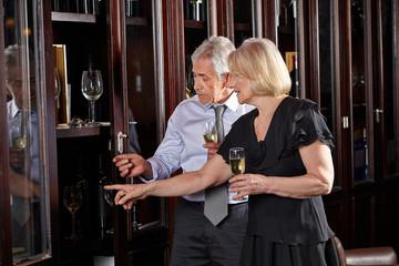 Senioren mit Sekt bei Weinprobe