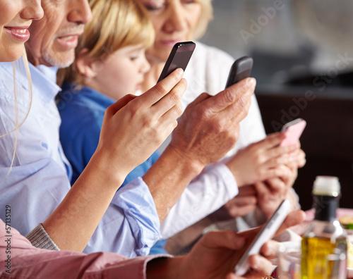 Viele Leute mit Smartphone w ręku