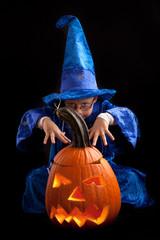 Zauberer mit Halloweenkürbis