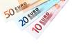 Billets euro étalés détourés sur fond blanc
