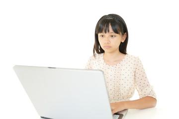 パソコンを学ぶ女の子