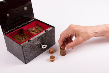 Geld aus alter Geldkassette stapeln