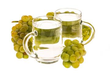Weiße Mischung (Weinschorle) mit Trauben auf weißem Hintergrun