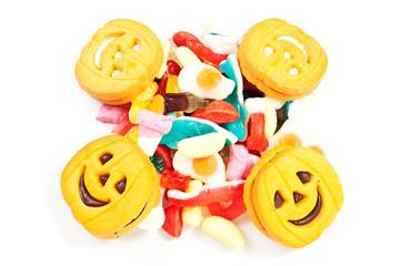 Biscotti di halloween con caramelle su sfondo bianco