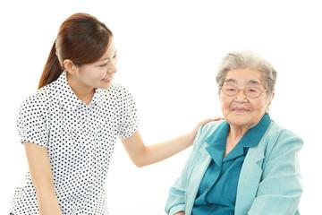 笑顔の高齢者と家族