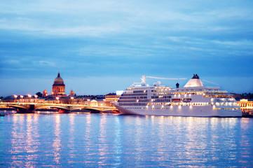 Круизный лайнер у моста в Санкт-Петербурге