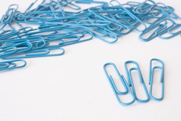 blaue Büroklammern