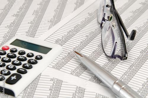 会計書類 電卓 ボールペン 眼鏡