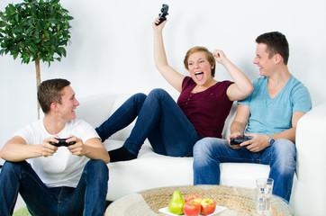 gruppe spielt computerspiele