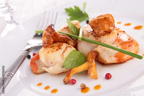 seared scallop with mushroom