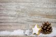 Weihnachtsdeko mit schnee
