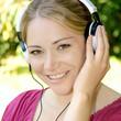Frau hört Musik im Park