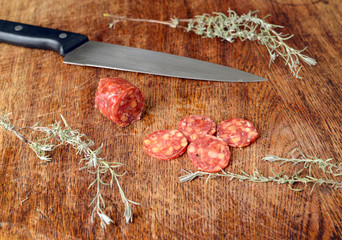 geschnittene Salami mit Kräutern