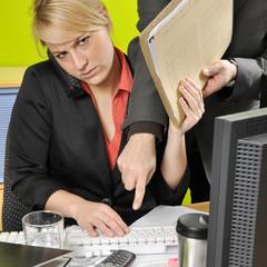 Frau überarbeitet im Büro