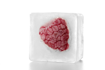 Himbeere im Eiswürfel
