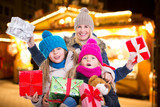 mutter mit ihren kinder beim weihnachtseinkauf