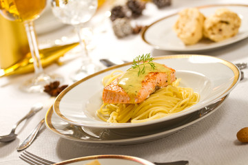 Lachsfilet auf Spaghetti