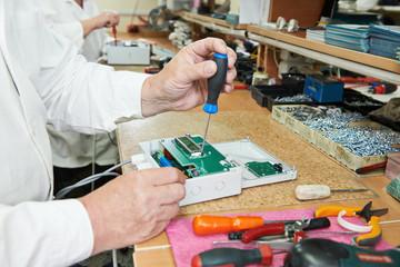 Microchip assembling manufacture