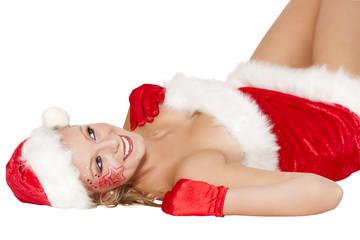 Frau mit Weihnachtsmütze lächelt im liegen