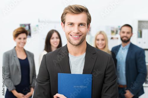 junger mann mit bewerbungsmappe - 57202137