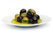 Schwarze und grüne Oliven