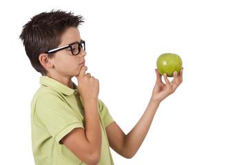 chico con la manzana verde