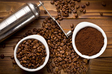 Ziaren kawy z kawy mielonej i szlifierki