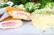 Hähnchenschnitte Cordon Bleu mit Kartoffelpüreeund Brokkoli