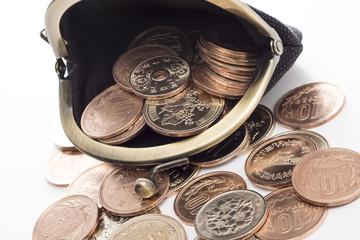 財布と硬貨のクローズアップ