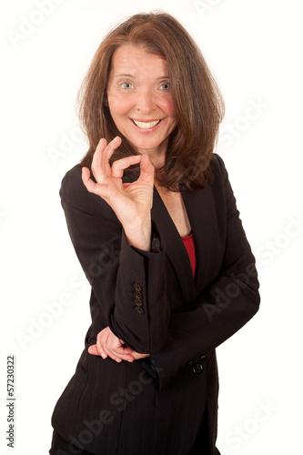 Lachende Frau macht eine positive Geste