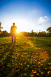 Mann genießt Herbstsonne im Park