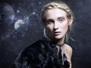 magiczna kobieta w naszyjniku z czarnych piór