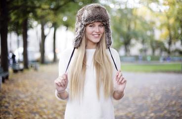 hübsches Mädchen mit Pelzmütze