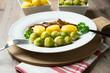 Sprossenkohl,Salzkartoffeln und Sojamedaillons
