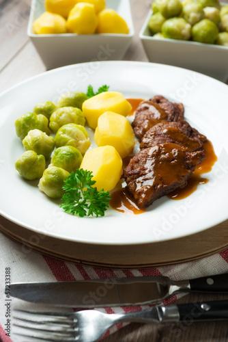 Gebratenes Sojafleisch mit Beilagen