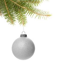 Silberne Weihnachtskugel mit Zweig