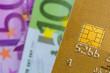 Kreditkarte und Eurogeldscheine