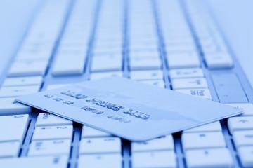 Kreditkarte und Tastatur