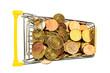 Ein Einkaufswagen ist mit Euromünzen gefüllt.