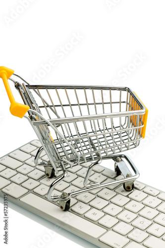 Einkaufswagen steht auf der Tastatur eines PC