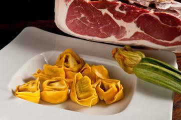 pasta ripiena, tortellini prosciutto crudo e zucchine
