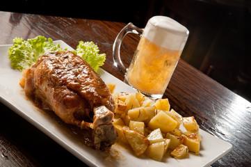 stinco di maiale con patate al forno e birra