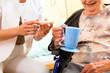 Alter und Pflege - Pflegerin und Seniorin Altenheim
