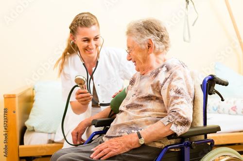 Altenpfflege - Pflegerin und Seniorin Altenheim