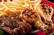 cosce di pollo, manzo e patate fritte