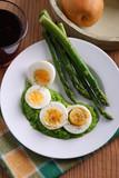 uova sode con crema di asparagi