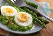 uova sode con crema di asparagi e semi di sesamo