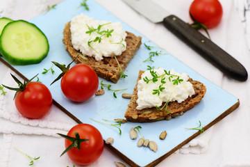Brot mit Hüttenkäse