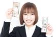 ドルと円の紙幣を持った女性