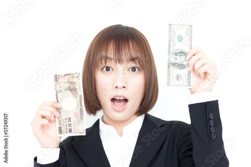 紙幣を持って驚く女性